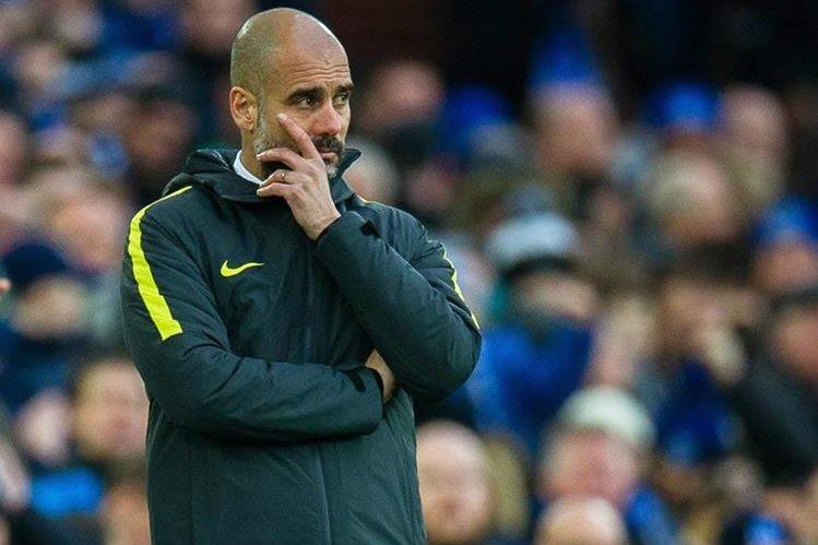 Pep Guardiola reacciona durante el encuentro de la Premier League en el que su equipoManchester City perdió por goleada ante el Everton. (Foto Prensa Libre: EFE)