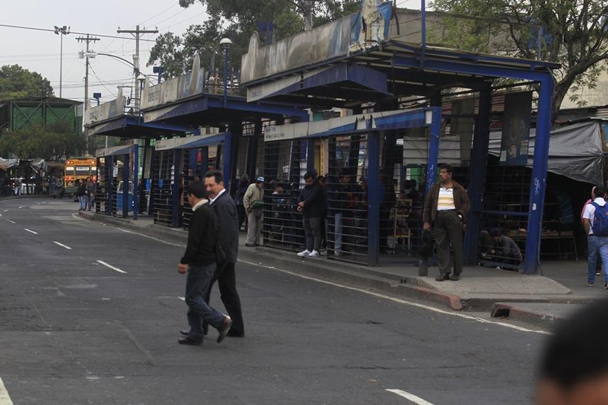 Las estaciones no son suficientes para que los pasajeros esperen el autobús. (Foto Prensa Libre: Carlos Hernández)
