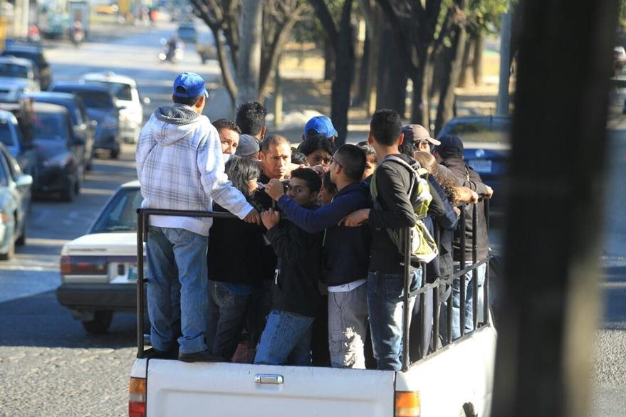 Vecinos de las zonas 12 y 21 de la capital se movilizan en picop, debido a la suspensión del servicio de unidades de Transurbano del eje sur. (Foto Prensa Libre: Estuardo Paredes)