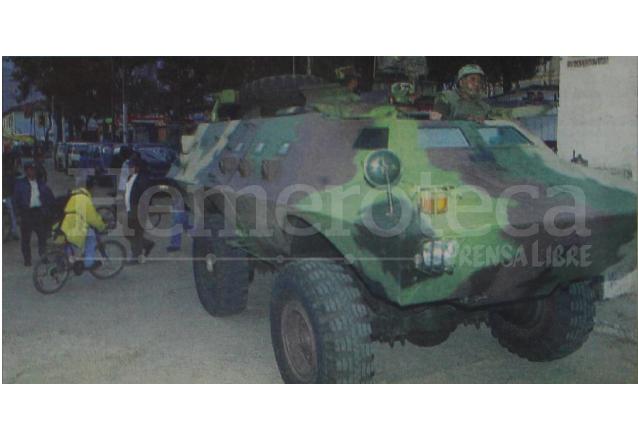 Una tanqueta del Ejército patrulla las calles de Totonicapán, después de que el Gobierno decretó Estado de Sitio, el cual restringió las garantías constitucionales de los pobladores de ese departamento en agosto de 2001. (Foto: Hemeroteca PL)