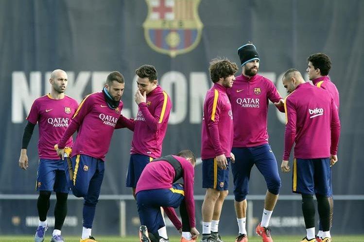 Jugadores del Barcelona realizan un entrenamiento previo a enfrentar al Celta de Vigo. (Foto Prensa Libre: EFE).