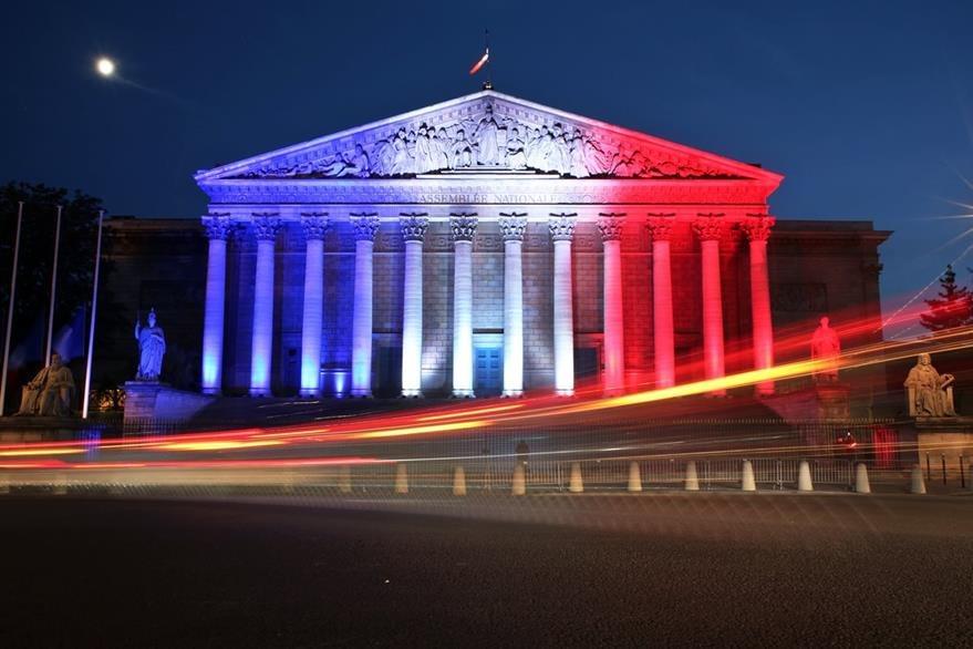 La Asamblea Nacional de Francia también se iluminó con los colores de la bandera. (Foto Prensa Libre: AP).