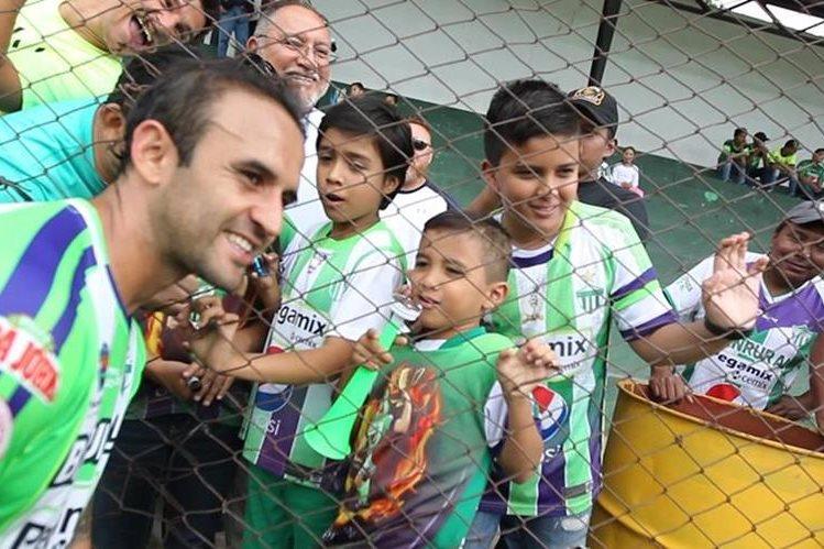 Los niños ven al volante antigüeño José Manuel Contreras como un ejemplo a seguir. (Foto Prensa Libre: Jorge Ovalle)