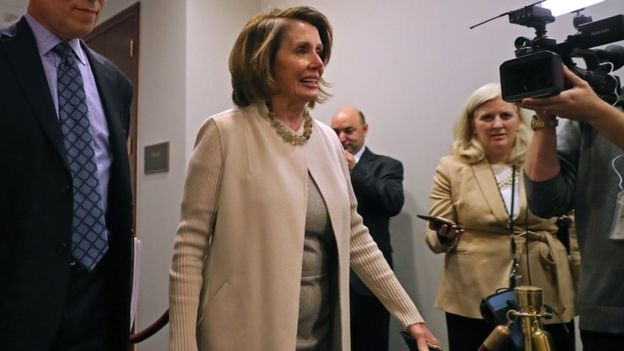 La demócrata Nancy Pelosi dio un discurso de ocho horas el miércoles defendiendo que se incluyera protección para inmigrantes en el acuerdo. GETTY IMAGES