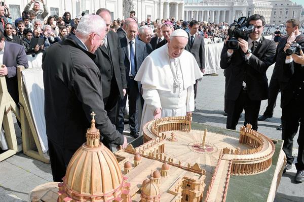 El papa  Francisco (c) observa una maqueta de la Plaza de San Pedro antes de la audiencia semanal. (Foto Prensa Libre: EFE)