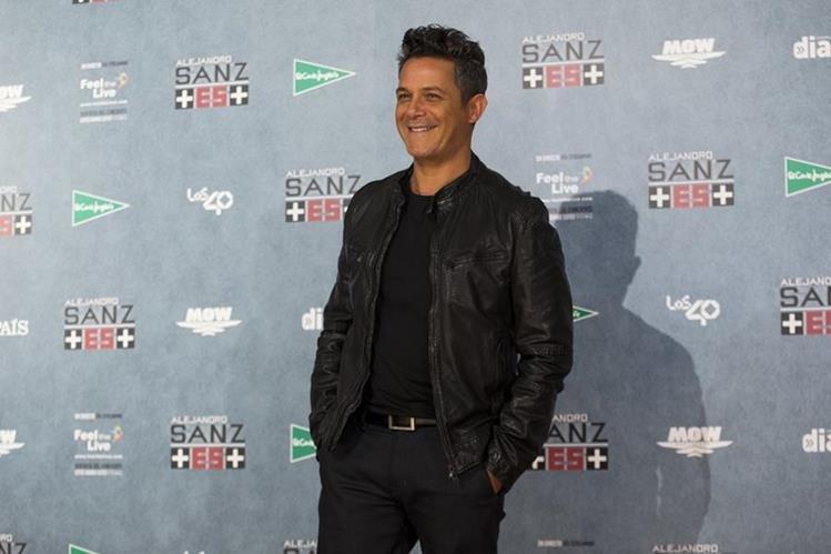 Por su trayectoria artística y su labor filantrópica, el cantautor español fue elegido por la Academia de la Música para ser Persona del año. (Foto Prensa Libre: AP)