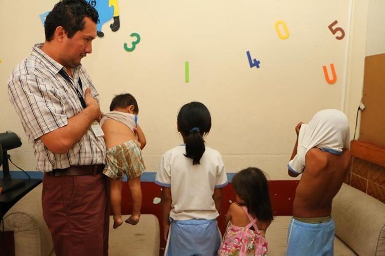 Niños rescatados en la cabecera de Retalhuleu muestran heridas ocasionadas por agresor. (Foto Prensa Libre: Rolando Miranda)