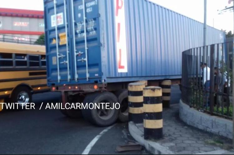 El tráiler quedó empotrado en la 26 calle de la calzada Raúl Aguilar Batres. (Foto Prensa Libre: Cortesía Amílcar Montejo)
