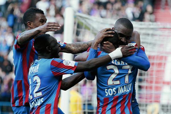Sloan Privat es felicitado por su compañeros luego de su anotación frente al Lyon. (Foto Prensa Libre: AFP).