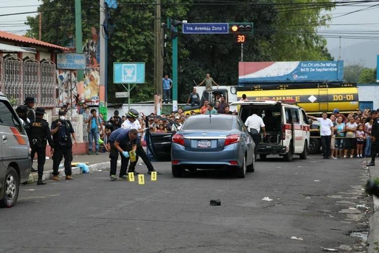 Peritos del Ministerio Público recaban evidencias en el lugar donde murió baleada la abogada Ana Beatriz Figueroa Prado, en la zona 1 de Escuintla. (Foto Prensa Libre: Enrique Paredes)