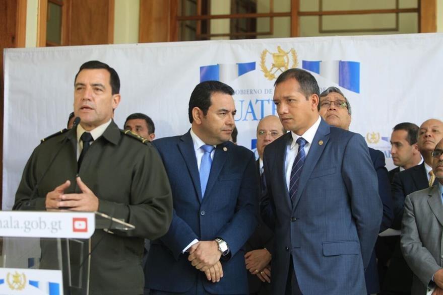 El ministro de la Defensa Williams Mansilla se dirige a la prensa; atrás Morales conversa con Francisco Rivas, ministro de Gobernación. (Foto Prensa Libre: Esbin García)