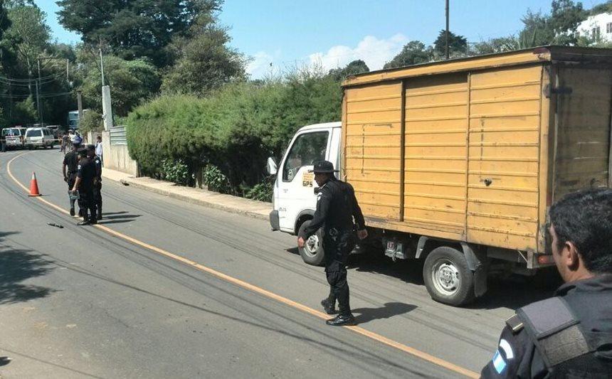 Policías resguardan la escena donde murió el custodio de un camión repartidor de frituras en Santa Catarina Pinula. (Foto Prensa Libre: E. Paredes)