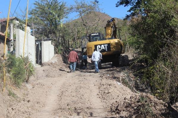 <p>Trabajadores de Caminos abren calle que solicitan vecinos de la cabecera de Jutiapa. (Foto Prensa Libre: Óscar González) <br></p>