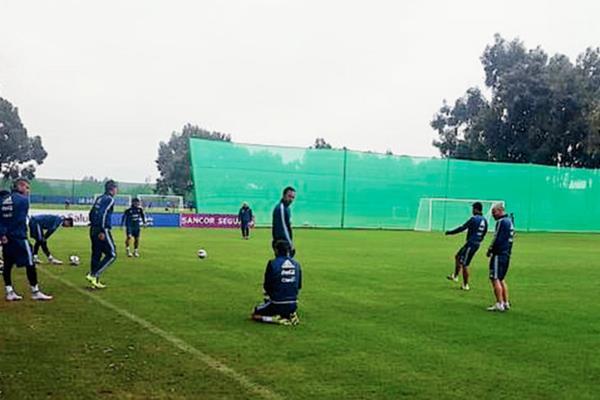 Esta mañana, la albiceleste empezó a preparar su respectivo partido de cuartos de final ante los cafeteros. (Foto Prensa Libre: Selección Argentina/Twitter)