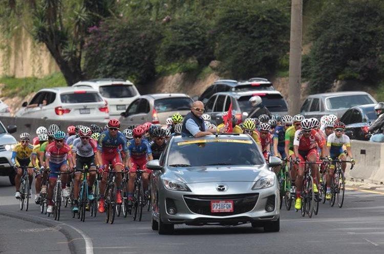 """""""La serpiente multicolor"""" de ciclistas arrasan en su paso por las avenidas de Guatemala."""