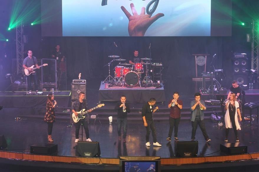 El grupo cristiano Miel San Marcos inauguró la segunda noche de la Explo Music Fest. (Foto Prensa Libre: Josué León)