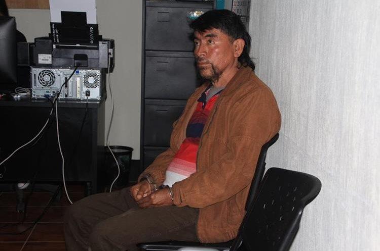 El detenido fue llevado al juzgado de turno, para que le notificaran el motivo de su detención. (Foto Prensa Libre: Ángel Julajuj)
