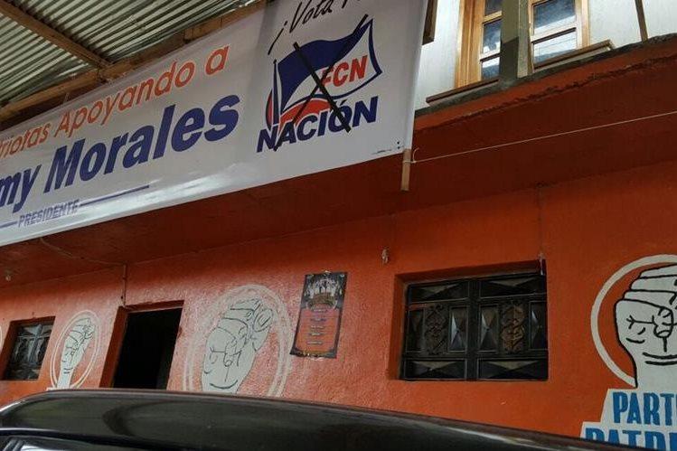 En la sede del Partido Patriota en Quiché fue colocada una manda de apoyo a Morales. (Foto Prensa Libre: Clauda Palma)