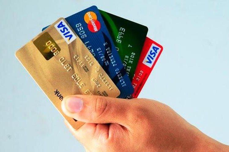 El uso adecuado de las tarjetas de crédito ayudará en su economía. (Foto Prensa Libre: comparabien.com)