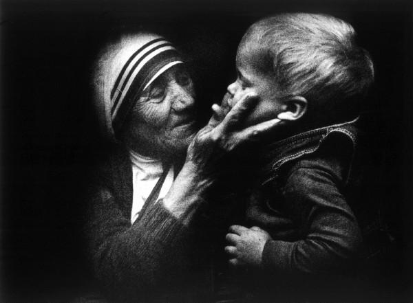 La Madre Teresa de Calcuta junto a un niño polaco durante una visita a Polonia. (EFE)