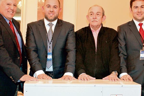 REYNALDO BENZOR, director internacional de negocios, junto a Rafael, Luis y Alejandro Menéndez, gerentes de Refripro.