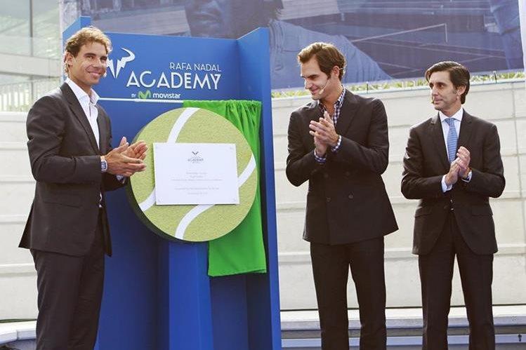 Rafael Nadal (izquierda) inauguró su Academia junto al tenista suizo Roger Federer. (Foto Prensa Libre: EFE).