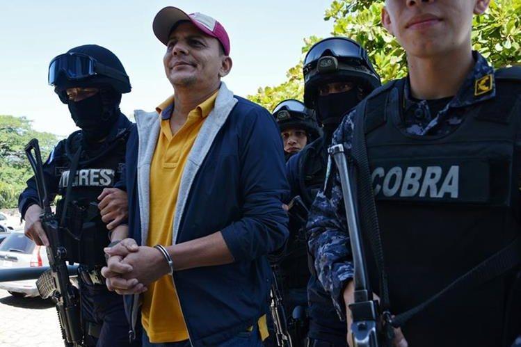 Soto es conducido por la policía hondureña, después de su captura. (Foto Prensa Libre: AFP).