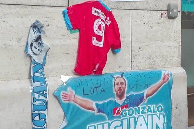 Los aficionados del Napoli no perdonan a Gonzalo Higuaín quien se ha marchado a la Juventus de Turín. (Foto Prensa Libre: Twitter)