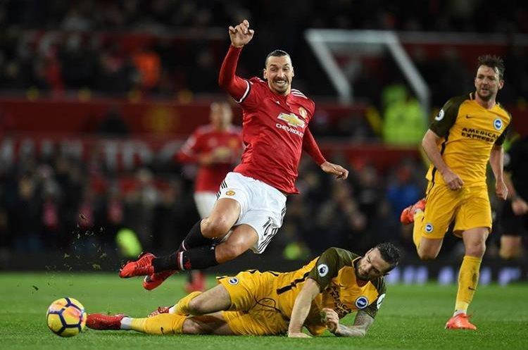Shane Duffy se barre para tratar de detener a Zlatan Ibrahimovic. (Foto Prensa Libre: AFP)