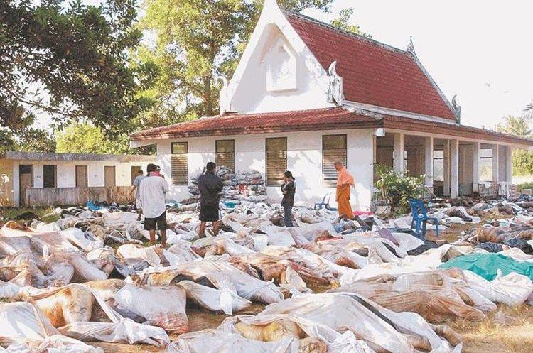 Tailandeses buscan a sus familiares entre centenares de cadáveres que continúan sin ser sepultados. (Foto: AP)
