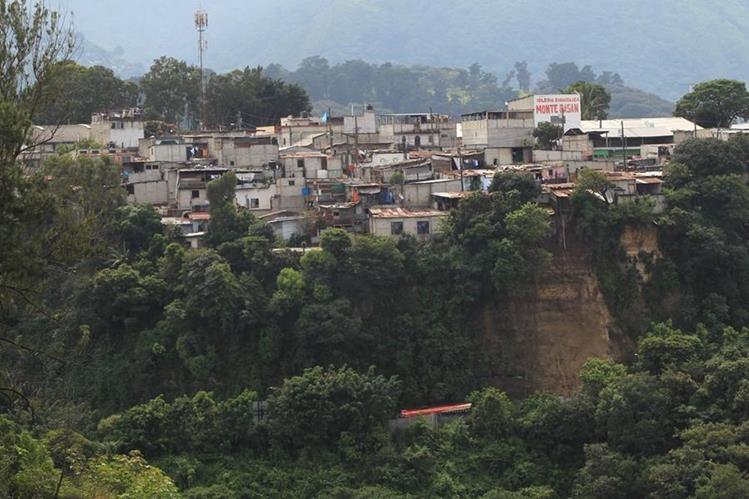 Área donde se registra el derrumbe de la ladera en el km 11.5 de la ruta hacia Boca del Monte. (Foto Prensa Libre: Esbin García).