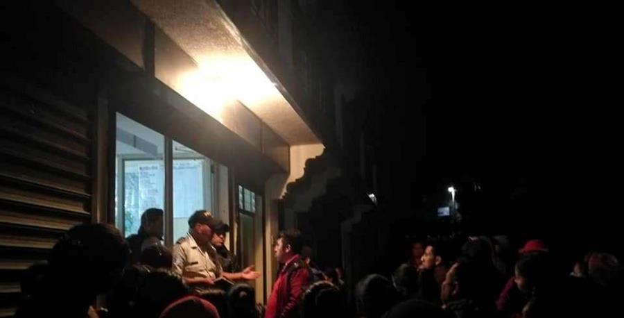 Vecinos de Santa Clara la Laguna, Sololá, exigen a agentes de la PNC la entrega de dos detenidos. (Foto Prensa Libre: Cortesía Nim TV)