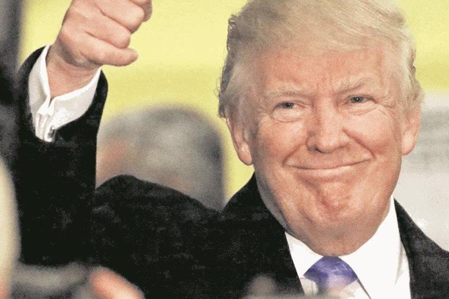 El presidente electo de EE. UU., Donald Trump, saluda a simpatizantes. (Foto Prensa Libre: EFE).