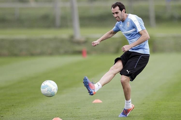 Diego Godín, durante la práctica de Uruguay. (Foto Prensa Libre: AP)