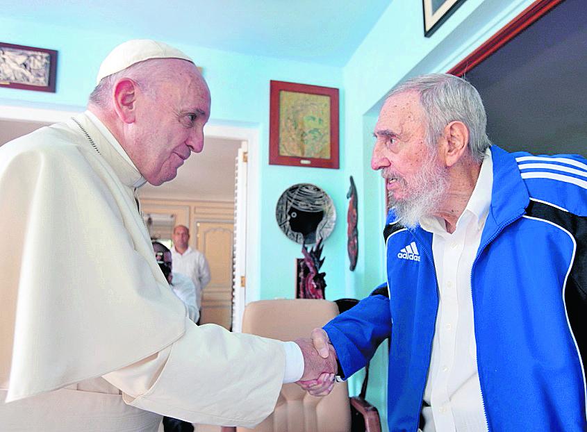 El Papa Francisco visita al lider cubano Fidel Castro en su residencia el 20 de septiembre de 2015 durante su viaje a Cuba y Estados Unidos. (Foto: AP)