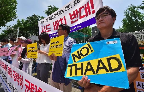 Manifestantes surcoreanos rechazan el acuerdo despliegue de escudo antimisiles. (AP).