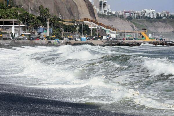 El turismo se vio afectado por el incremento de las olas, como en Perú. (Foto Prensa Libre: EFE)