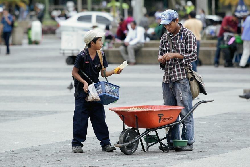 El Día del Padre, para algunos es día laboral, para que no falte el pan en casa. (Foto: Hemeroteca PL)