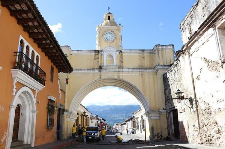 El arco, construido en el siglo 18, es uno de los íconos de la ciudad colonial más visitados por turistas. (Foto Prensa Libre: Julio Sicán)