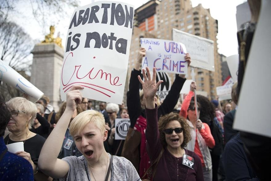 Mujeres protestan contra Donald Trump, después del polémico comentario que hiciera sobre el castigo a las mujeres que aborten, aunque luego se retractó. (Foto Prensa Libre: AP).