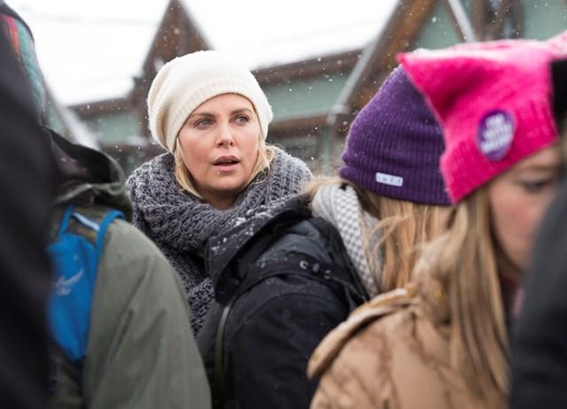La actriz sudafricana Charlize Theron durante la Marcha de las Mujeres organizada este sábado en Park City, Utah (Foto Prensa Libre: AFP).