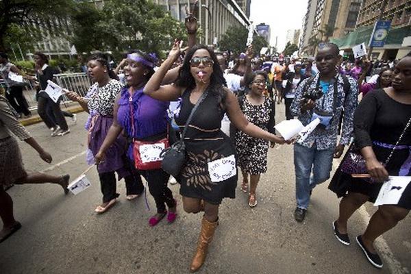 "Hombres kenianos rechazan que mujeres se vista de manera ""provocativa"".  Foto Prensa Libre: AP"