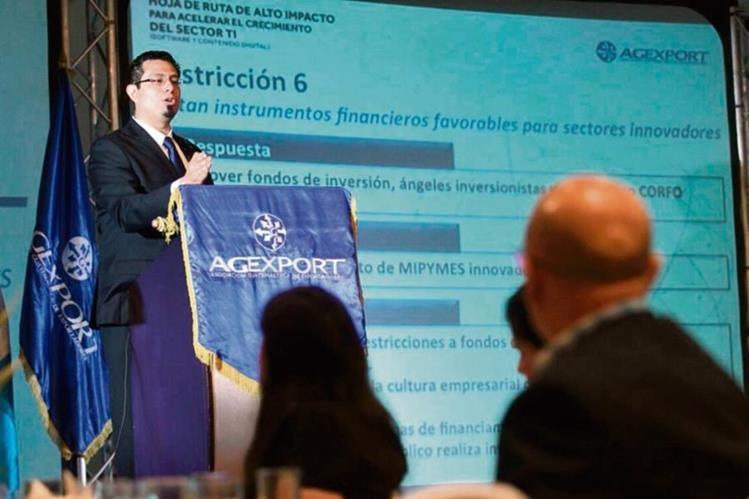 Lisardo Bolaños, durante la exposición sobre los retos que enfrentan las tecnologías digitales. (Foto Prensa Libre: Álvaro Interiano)