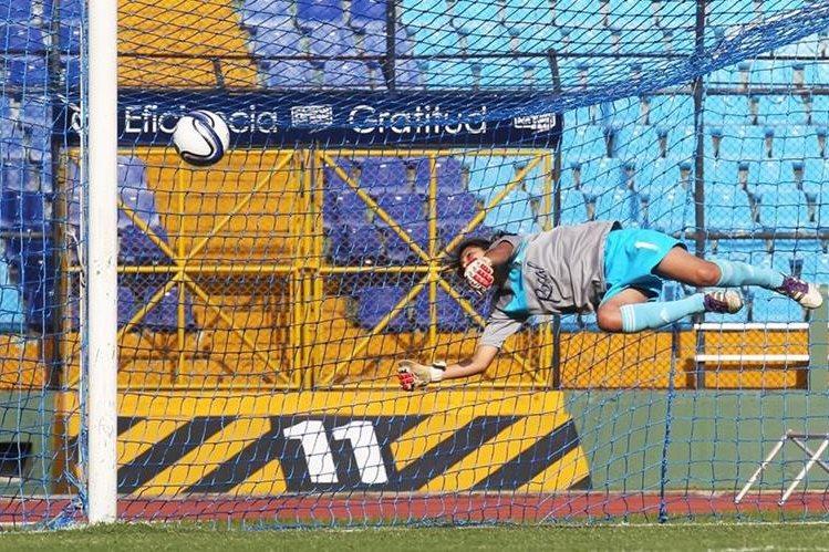 La portera guatemalteca Yoselin Franco se ha llevado los aplausos por sus eficientes reflejos y atajadas (Foto Prensa Libre: Hemeroteca PL)