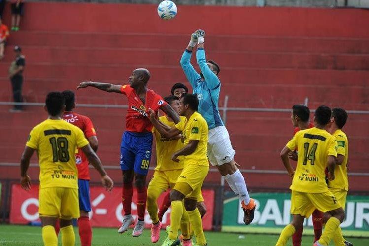 Municipal sufrió un descalabro vergonzoso en su estadio. (Foto Prensa Libre: Óscar Felipe)