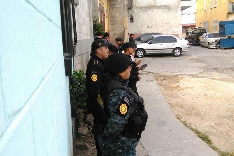 La Policía Nacional Civil allana varios inmuebles para capturar a extorsionistas. (Foto Prensa Libre: Estuardo Paredes)