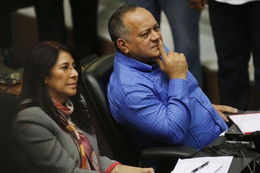 La esposa del presidente, la diputada Cilia Flores y el segundo del chavismo, Diosdado Cabello, durante la sesión en el Parlamento. (Foto Prensa Libre: AP).
