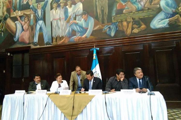 Integrantes de la comisión pesquisidora repasan la información que tienen del magistrado Charchal en el caso TCQ. (Foto Prensa Libre: Estuardo Paredes).