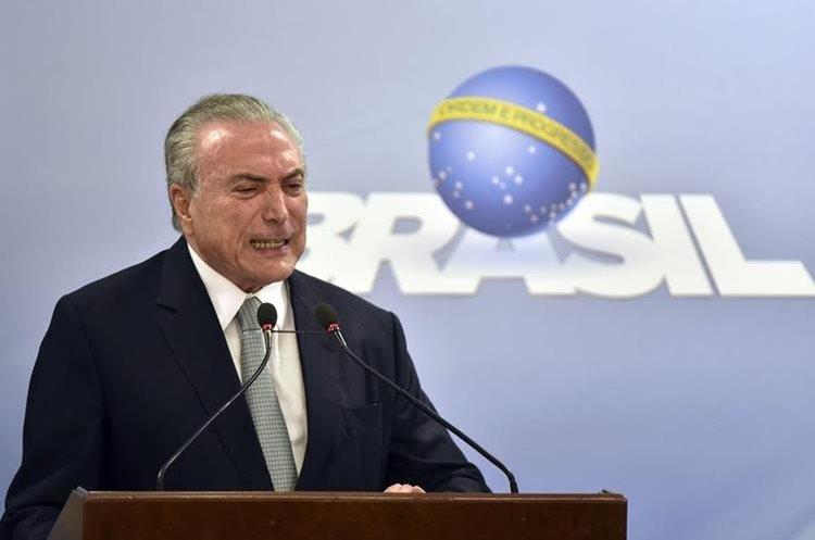 Temer gesticula al afirmar que no dejará el poder, el jueves último. (Foto Prensa Libre: AP)