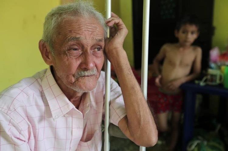 Don Jorge recuerda cómo con dificultad logró salir de su casa y la ayuda que recibió para evacuar el área. (Foto Prensa Libre: Javier Lainfiesta)